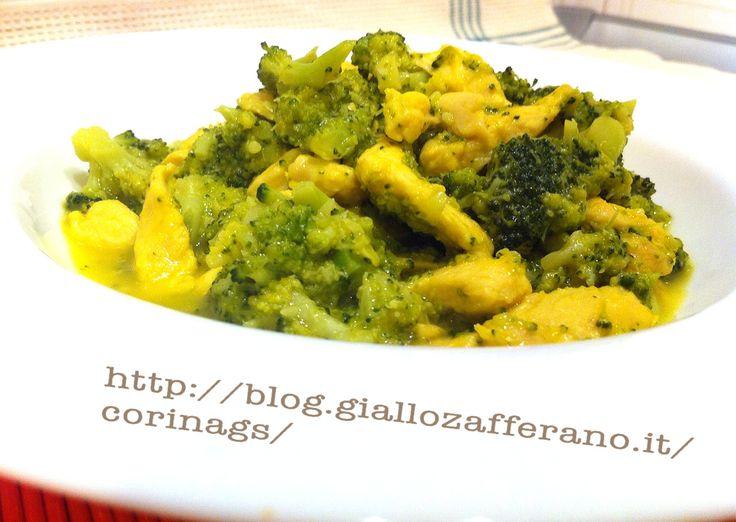 Pollo e broccoli alla salsa di yogurt greco e curry