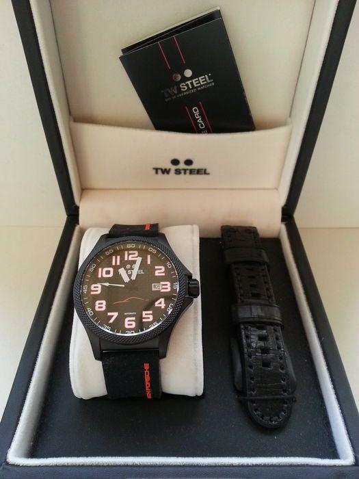 TW Steel DPDD editie horloge (Dutch Porsche Drivers Day) - limited edition  TW Steel DPDD editie horloge (Dutch Porsche Drivers Day).Hier zijnslechts 100 van gemaakt. dit is de 58 ste van de 100Model TW 962- Automaat Geneva finish rotor op uurwerk- Saffier glas boven en onder- Luxe horlogebox- Extra Lederen band- Rubberen band met inscriptieLengte polsband: 21 cm Diameter klok: 45 mm Dikte klok: 11 mm Horloge wordt aangetekend en verzekerd verzonden!  EUR 160.00  Meer informatie
