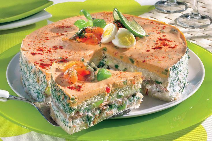 1. Se spală peştele şi se pune la fiert în puţină apă. Se fierbe la foc mic 10 minute, după care se lasă să se răcească. Gelatina se pune la înmuiat. 2. Se freacă 100 ml smântână cu 250 g mascarpone şi cu verdeţurile tăiate mărunt. Se aşază feliile de pâine prăjită într-o formă de …