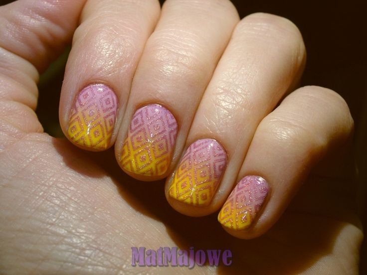 First week Yellow & Pink  gradient with Pet'la Peackock 2 stamped pattern, stamping done with CA Wata Cukrowa holo polish. http://matmajowe.blogspot.com/2015/01/yellow-and-pink.html
