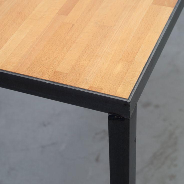 An diesem schönen, klassischen Esstisch kann man sich ein gemeinsames Essen mit netten Freunden sehr gut vorstellen. Die Tischplatte ist komplett in die Stahlunterkonstruktion eingelassen, aus einem umlaufenden L-Stahlprofil 35x35mm konstruiert wurde. Die farblos lackierte Oberfläche der Tischplatte, verleimt aus massivem Eichenholz, ist ausgesprochen strapazierfähig und wirkt dennoch sehr natürlich. Das Untergestell aus Rohstahl wirkt trotz seines Materials sehr leicht und filigran. Dieser…