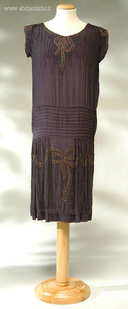 Abito intero di seta viola con ricamo di perline a forma di fiocco.1928