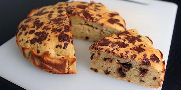 Super lækker banankage med mørk chokolade, der er nem og hurtig at tilberede. De modne bananer gør kagen dejligt sød og svampet, så det er bare med at komme i gang.