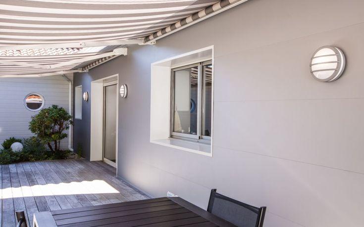 Maison des années 80 Isolation et rénovation des façades de la maison - Panneaux M92 (60mm mousse polyuréthane type P.I.R + 30mm) - Coloris blanc et gris unis lisse #revêtement #isolation #rénovation #thermique #façade  #maison