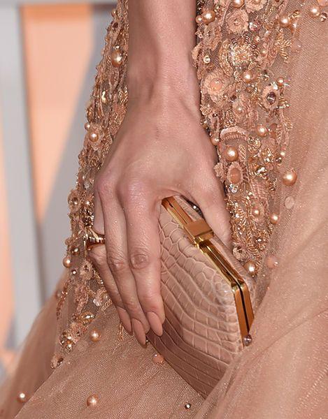 Zum perfekten Styling gehört auch eine Maniküre. Passend zur Clutch, versteht sich. Hier: Jennifer Lopez.