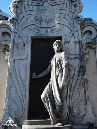 Tumba de Rufina Cambaceres. Arte modernista, obra de Richard Aigner (1902). Cementerio de la Recoleta (Buenos Aires).