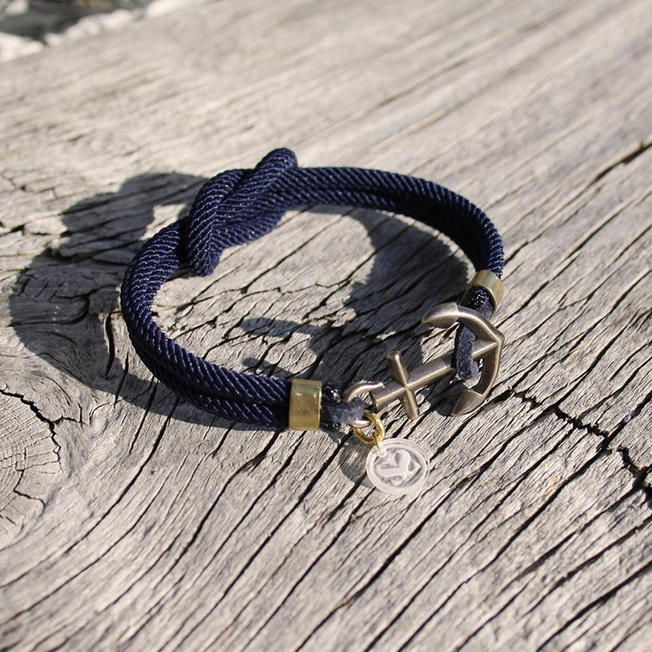 Show your passion for sailing and the nautical lifestyle with a new classic, the nautical Square Knot bracelet.