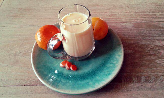 """""""Hello Sunshine!"""" *Verse kurkumawortel *Gele pruim *Mandarijn *Twee eetlepels Griekse Yoghurt *Een theelepeltje honing De ultieme gezondheidssmoothie waar je supervrolijk van wordt!! #AHlente"""