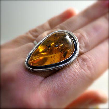 Кольцо  'Золотое Перо' - янтарь, серебро в интернет-магазине на Ярмарке Мастеров. Кольцо 'Золотое Перо' - мексиканский янтарь, серебро 925 Можем это кольцо переделать в кулон. Цена от этого не изменится. Украшение класса ЛЮКС. Крупное эфффектное кольцо со вставкой из прекрасного высокого кабошона мексиканского янтаря. Чудный прозрачный камень с затейливыми внутренними включениями! Параметры изделия: камень - зеленый янтарь месторождение- Мексика (Mexico) Ян...