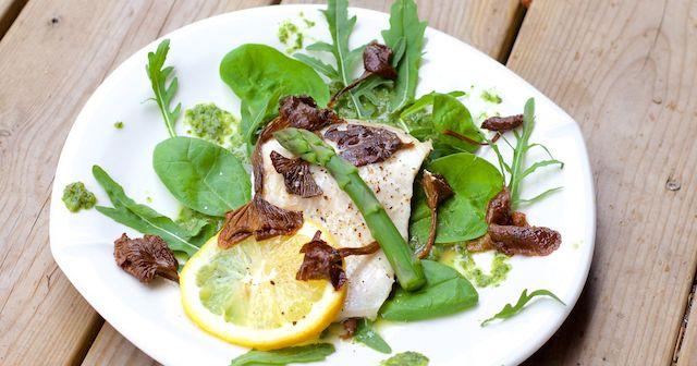 Whitefish with dashi sauce, sesame mushrooms and green sauce. Absolutely perfect. Dashisiika, seesamisiemenet ja viherkastike. Ihanat suomalaiset raaka-aineet yhdistettynä japanilaiseen kokkaukseen. Täydellinen ateria.