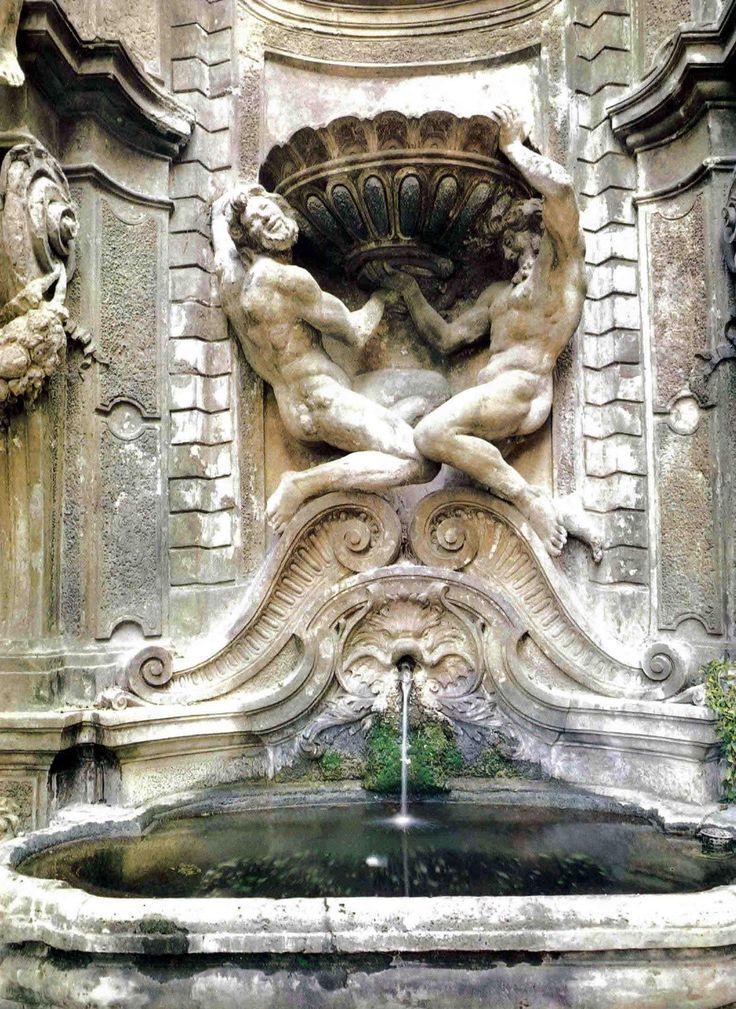 Fontana nel cortile interno di Palazzo del Grillo , opera dello scultore tedesco. Balthasar Permoser nel 1676  ; nel palazzo ,ora abitazione privata ,  aveva il suo studio Renato Guttuso nel secondo dopoguerra