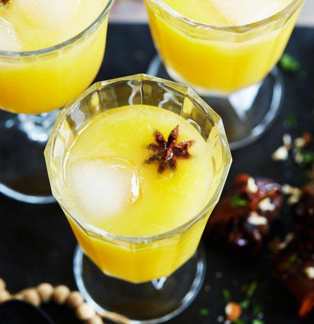 Gløgg kan sagtens serveres kold - denne lækre udgave med appelsin smager dejligt af jul, selvom der er klirrende isterninger i.