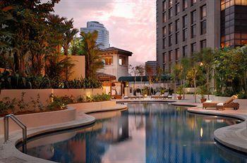 Masing-masing kamar disini menghadirkan suasana yang hangat dan nyaman berbekal linen sutra Indian yang tebal dan lembut, TV LCD 40 inci, kamar mandi berlapis marmer dan dilengkapi dengan bathub. Pemandangan kota Kuala Lumpur yang berkerlap-kerlip cantik di malam hari terlihat dengan jelas dari jendela kamar. Book now http://www.voucherhotel.com/malaysia/kuala-lumpur/141173-sheraton-imperial-kuala-lumpur-hotel/