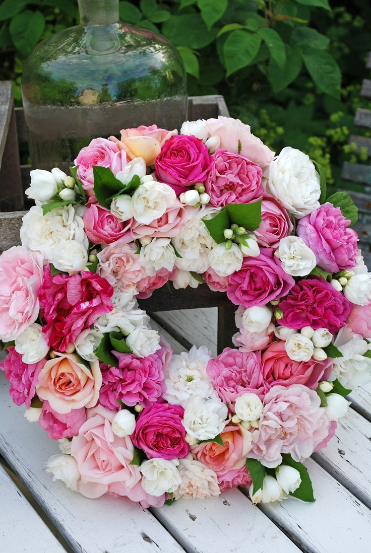 Vita Ranunkler: En krans av rosor
