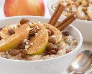Porridge à l'avoine, pomme et raisins secs : http://www.fourchette-et-bikini.fr/recettes/recettes-minceur/porridge-lavoine-pomme-et-raisins-secs.html