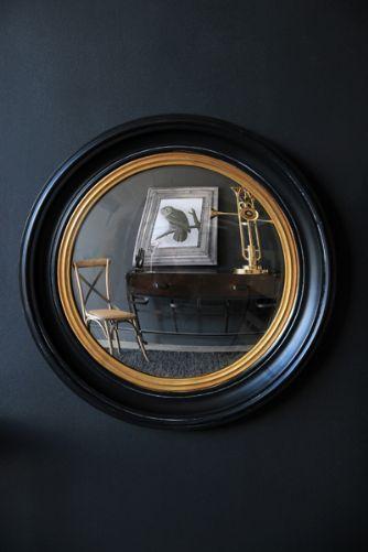 Spegel att hänga i trappen på väg upp. En ram i svart och guld skulle knyta ihop vägglamporna med räcket. Rockett st George convex mirror