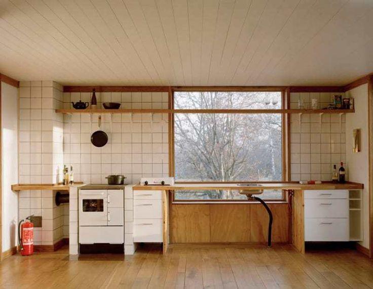 Вдоль одной из стен расположилась кухонная столешница с печкой и мойкой.  (скандинавский,скандинавский интерьер,скандинавский стиль,деревенский,сельский,кантри,архитектура,дизайн,экстерьер,интерьер,дизайн интерьера,мебель,маленький дом,кухня,дизайн кухни,интерьер кухни,кухонная мебель,мебель для кухни,столовая,дизайн столовой,интерьер столовой,мебель для столовой) .