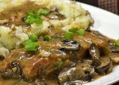 Χοιρινό ριγανάτο με κρεμμύδια, μανιτάρια και πουρέ πατάτας