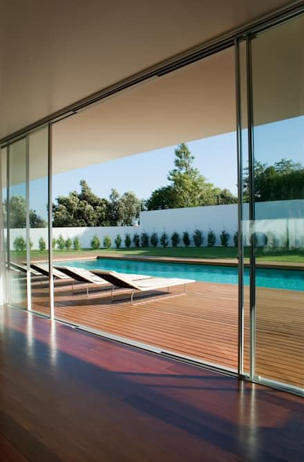 Vista da sala para a piscina: Salas de estar modernas por A.As, Arquitectos Associados, Lda