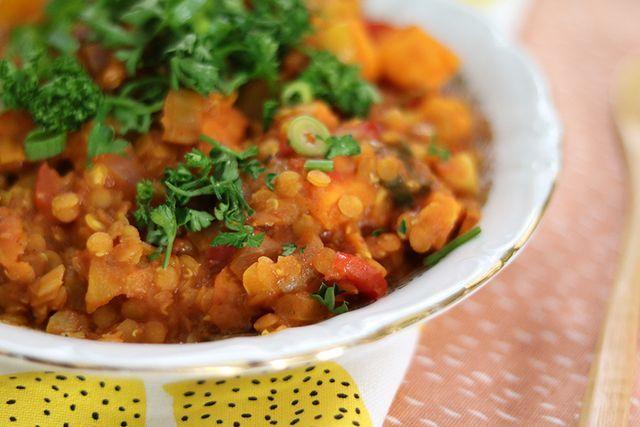 Imara tipte mij op Twitter dit recept voor een vegetarische Marokkaanse stoofpot. Mjam, dat zag er goed uit. Het eindresultaat was nog beter dan ik had verwacht. Zo veel smaak! Ook Steve, die normaal