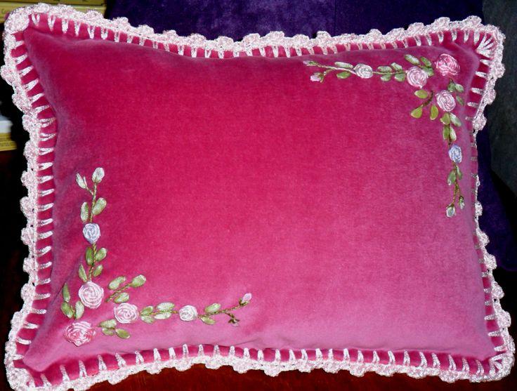 Almohadón de Pana con Bordado en Cinta y terminación en Crochet