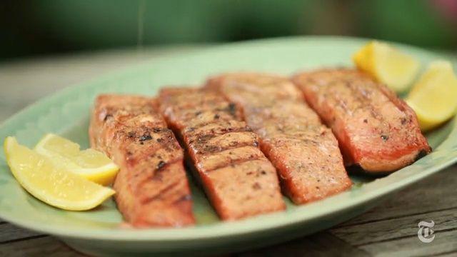 Melissa Clark usa lascas de nogueira para grelhar um salmão curado com açúcar mascavo, pimenta da Jamaica e macis. Visite o UOL Notícias