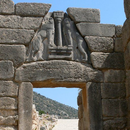 Porta dei leoni. Ingresso principale dell'antica città di Micene, 1300 a.C. Questa porta, è sormontata da un blocco di pietra scolpita a bassorilievo con le figure di due leoni rampanti. La lastra, alta tre metri, serviva a ridurre il peso del muro che gravava sull'architrave.