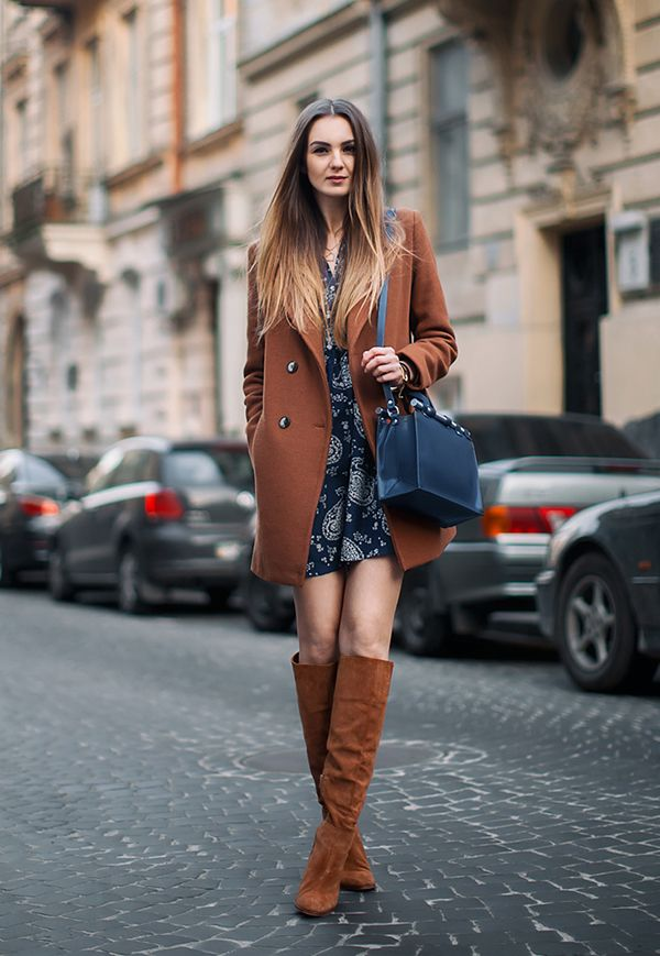 Look boho de vestido estamapado, casaco marrom, botas de camurça marrom e bolsa preta