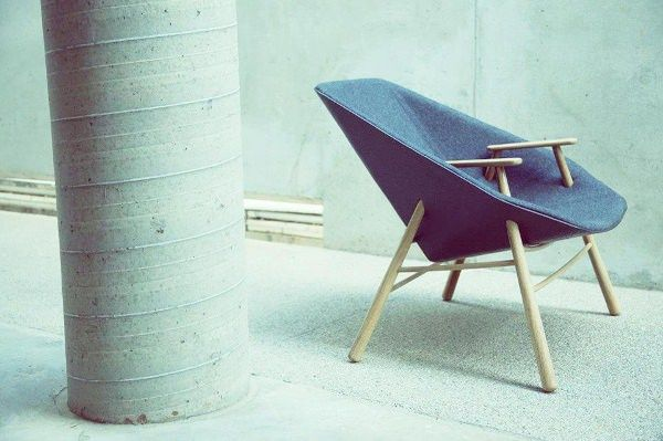 Andrew le fauteuil enveloppant par le Studio Black Navy