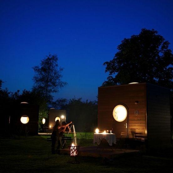 De Sterrenkubus is een unieke overnachtingsmogelijkheid in Nederland, slapen onder de sterren, op een van de meest donkere plaatsen.