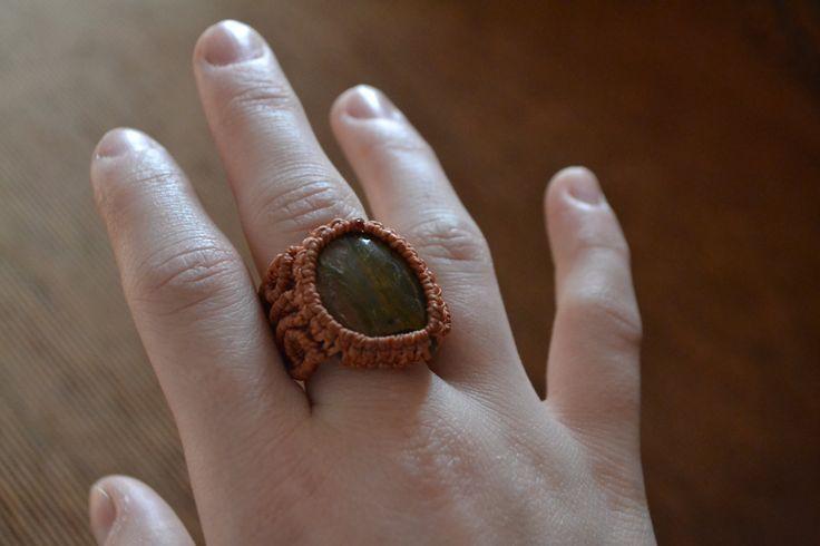 Anello micromacramè fatto a mano con pietra indiana, colore rosso terra di EthnicMacrame su Etsy