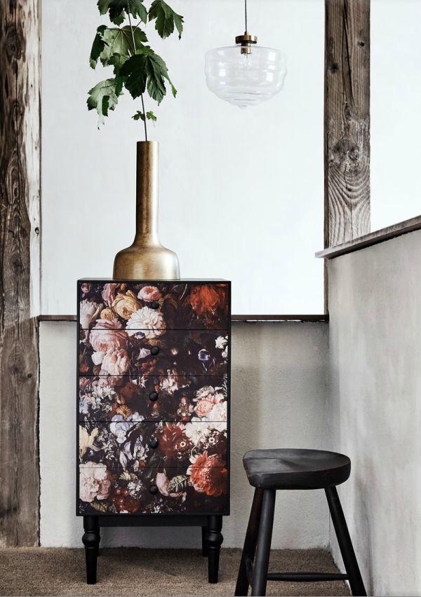 Kabinetkast met 5 lades in bloemenprint. Nordal.