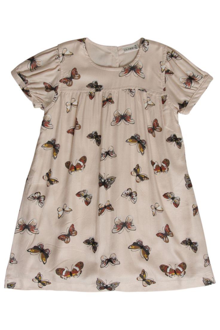 Roze meisjes twill dress butterflies van het kinderkleding merk Hust & Claire  Licht roze zomer jurk met een korte mouw, dit zomer kleedje voelt super zacht aan ! De jurk heeft een all over print van mooie vlinders, de jurk is voorzien van een knoop sluiting over de gehele lengte van de rug.