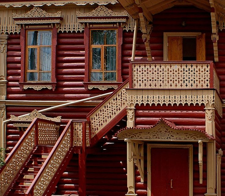 Красный дом в деревенском стиле с узорами