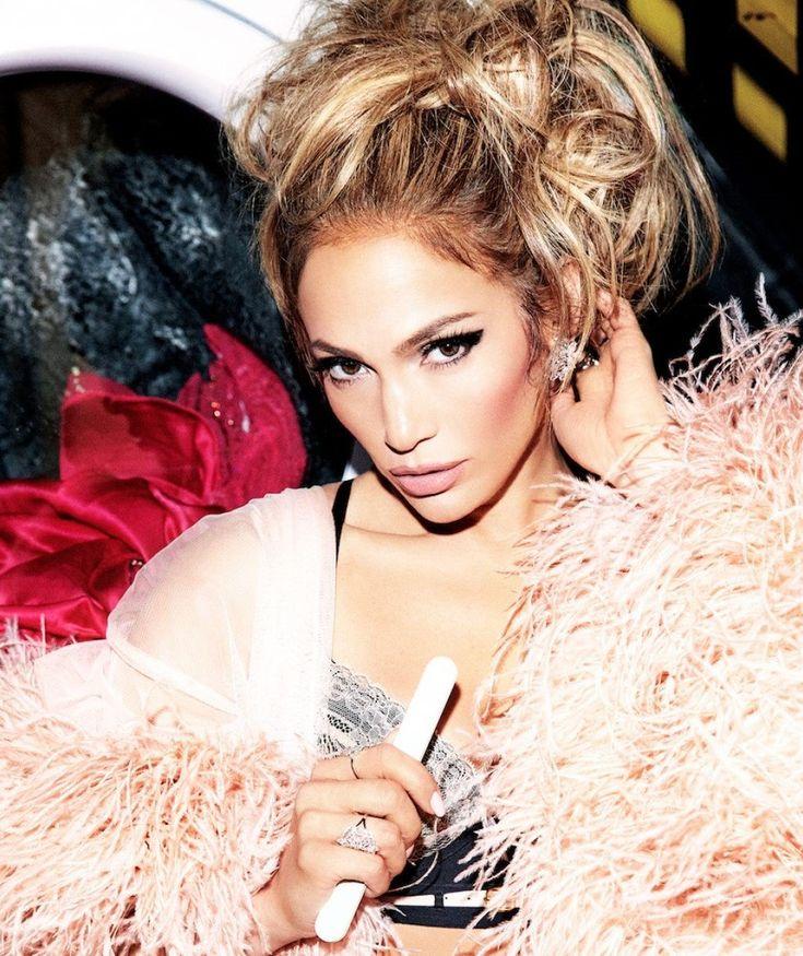 Sieh dir Videos an & höre kostenlos Jennifer Lopez. Jennifer Lynn López (* 24. Juli 1969 in New York City, USA) ist eine US-amerikanische Sängerin, Tänzerin, Schauspielerin und Designerin. Seit dem 10. Juni 2004 ist sie mit dem Sänger Marc Anthony verheiratet (mittlerweile bereits geschieden). Jennifer Lynn Lopez wurde als jüngstes Kind puerto-ricanischer Immigranten in der Bronx, New York City, geboren. Wie auch ihre beiden älteren Schwestern Lynn und Leslie besuchte sie bis zu ihrem...