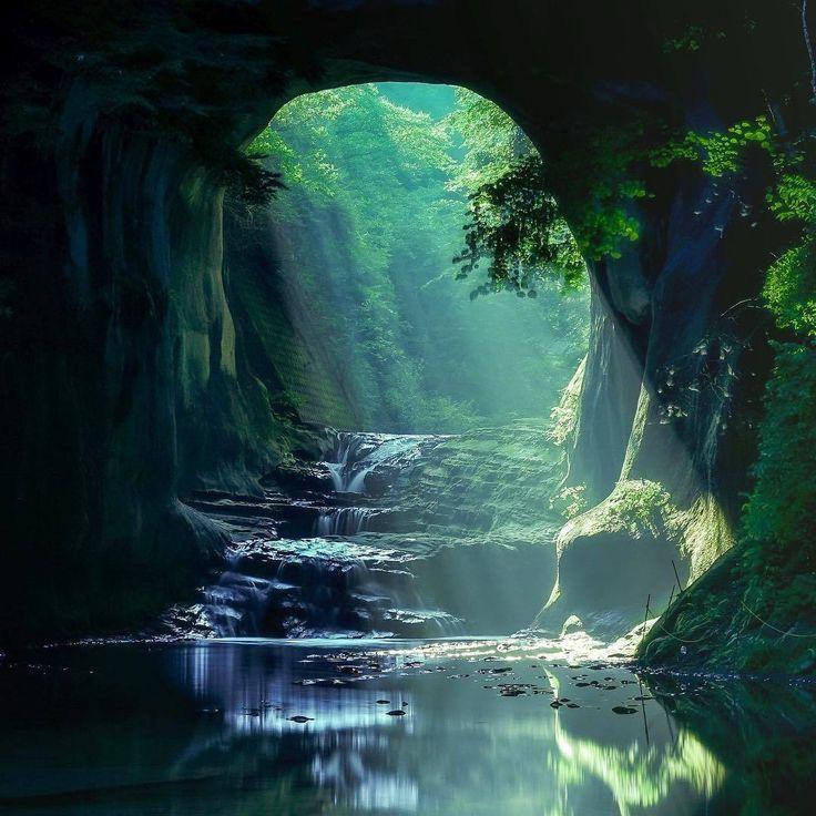 インスタグラムで話題となっているこちらの写真。なんと都心から約1時間で行ける場所にあります。神秘的な光が差し込むジブリの世界をも感じさせるこの場所は一体どこなのでしょうか。