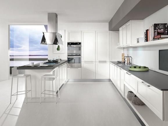 """Cucina classica anta telaio laccato poro aperto bianco con piano di lavoro sp.6 grigio """"martellato""""."""