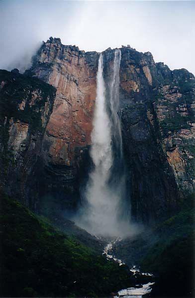 O salto Angel, a queda de água mais alta do mundo, com uma altura de 965 m. Seu nome oficial é Kerepakupai merú. A cachoeira fica sobre os cumes de um tepui, onde muitas vezes nascem rios e gigantescas cascatas, das quais Salto Angel, a mais alta do mundo, é também a mais conhecida. Este nome foi dado após a descoberta pelo aventureiro americano Jimmy Angel, que caiu com seu avião por lá em 1937.   Fotografia: Rich Childs.