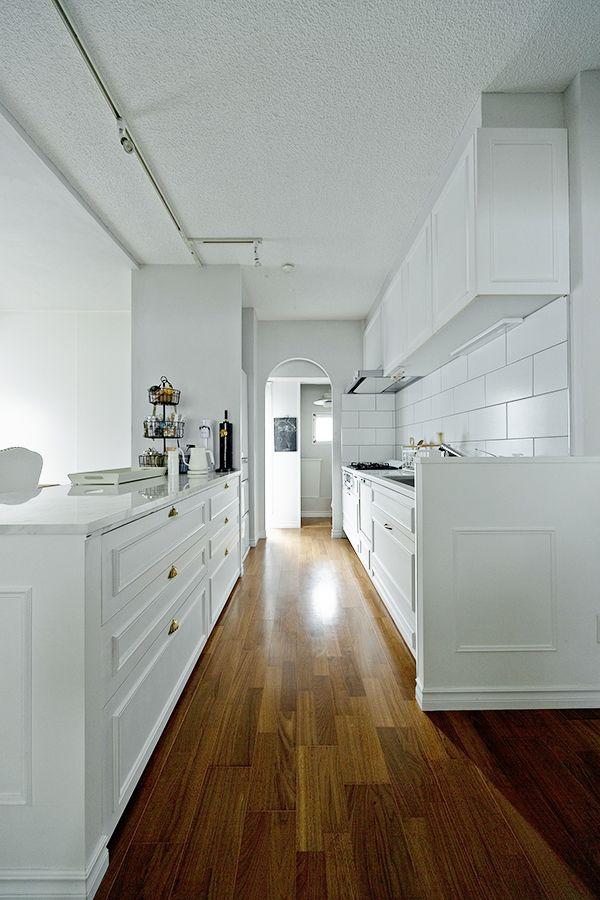 キッチンやカウンターのサイドパネルにもモールディングを施し インテリアとしての統一感を出しています Gladden キッチン マンションリノベーション モールディング リノベりす リビング キッチン マンション リノベーション モールディング