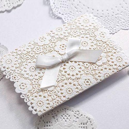 A meghívó kiváló minőségű dekoratív papírból készül.A meghívót csipke hatású lézerrvágott minta és dombornyomás díszíti. Az áttört motívum és a szatén szalag teszi könnyeddé és klasszikusan elegánsá a meghívót. A betétlap matt felületű.    Minimális rendelési mennyiség: 10 db  Boríték: az ár tartalmazza!