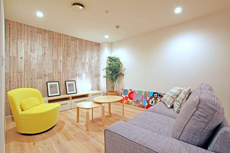 所沢喜多町にある本社2FのIKEA家具が置かれたモデルルーム。  #モデルルーム #LDK #リビング #IKEA  #イケア #家具  #家づくりの参考 #ラビングホーム #所沢 #ショールーム #黄色い椅子 丸いテーブル #グレーのソファ #観葉植物 #壁掛けのアート #不動産 #建築 #天然木の床