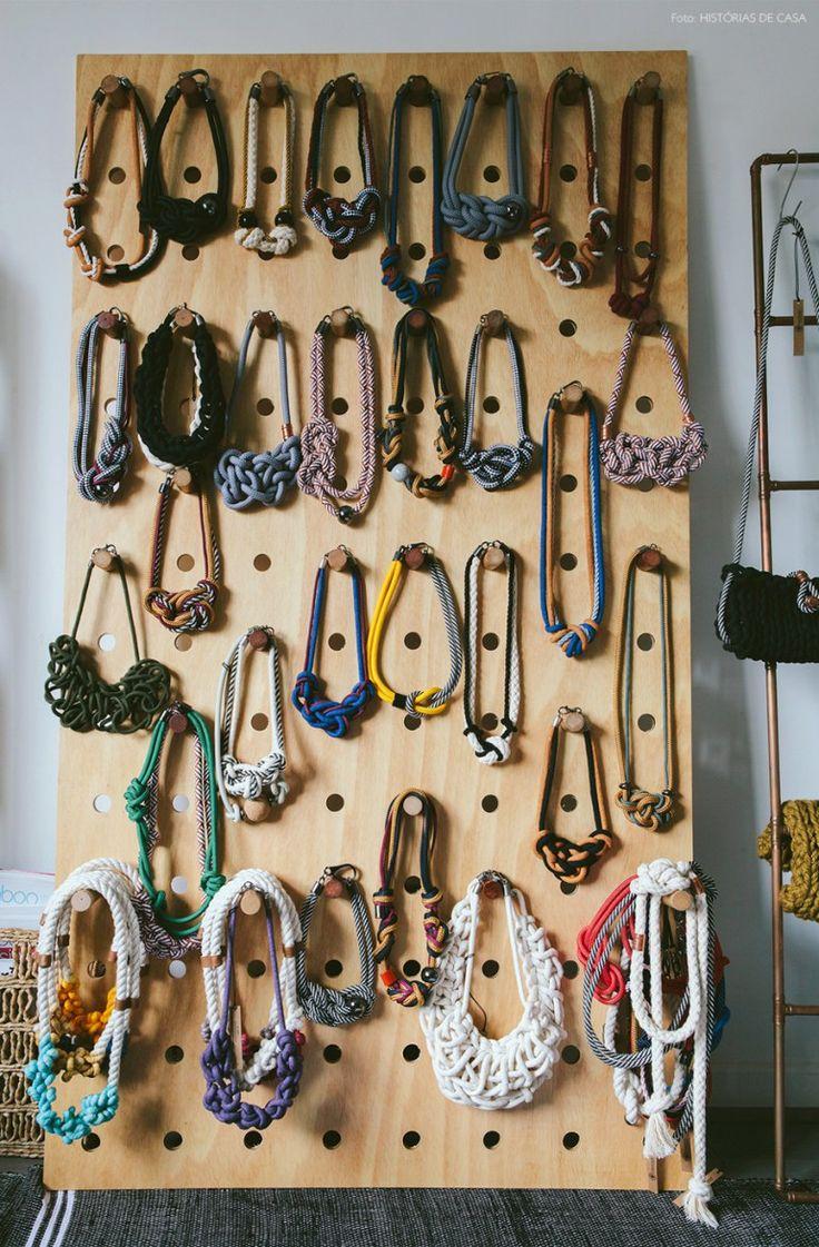 Procurando inspiração para guardar seus colares? Um pegboard de madeira pode ser uma solução para organizar e expor seus acessórios.