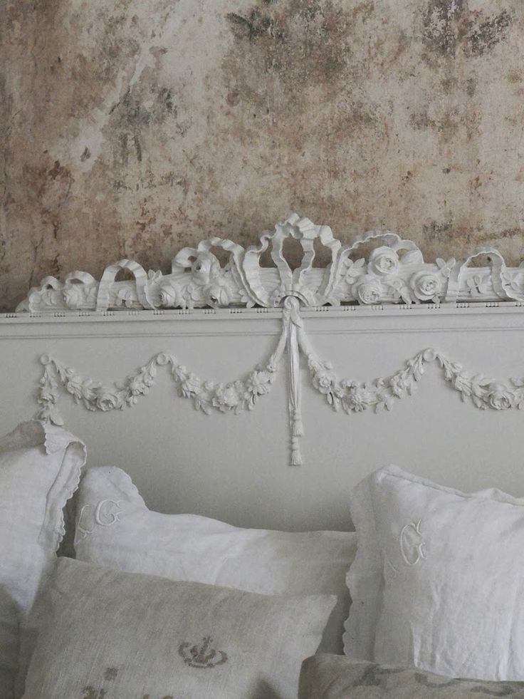 Love the crackled, old world-look wall...