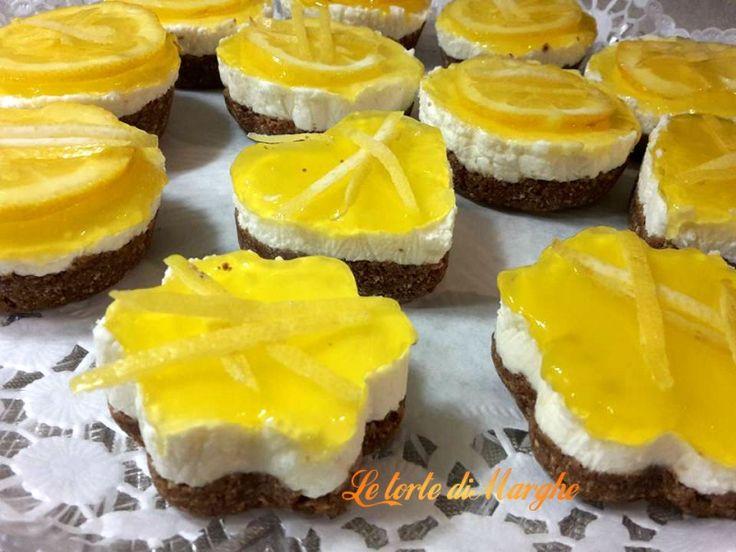 Super facile. Mini Cheesecake con gelee di limone. Con una basa di biscotti, cremosa crema di formaggio, ricoperto con una gelee di limone. da non perdere..
