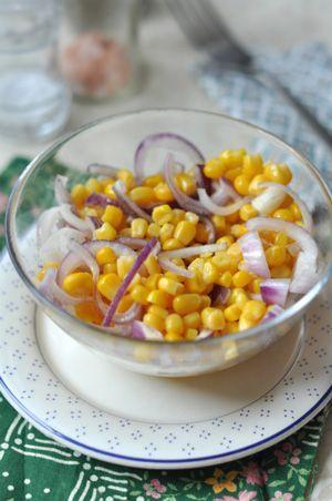 Lilahagymás kukoricasaláta  Hozzávalók 2 adaghoz: 2 fej lilahagyma 1 db kukoricakonzerv (340 grammos) 2 evőkanál fehérbor ecet 6 evőkanál víz 1  mokkáskanálnyi só pici bors
