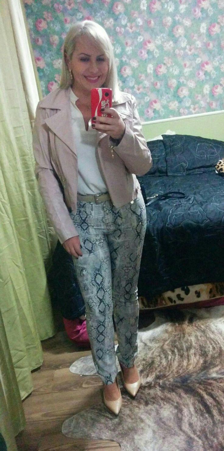 Look jantar dinner out. Calça estampa de pyton, blusa Banana Republic em seda creme. Jaqueta couro rose quartz pantone color