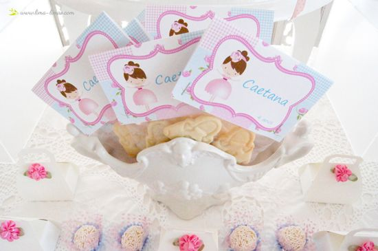 the chosen doll cartoon used eith lots of patchwork fabric made this lovelly look for this ballerina room themed party