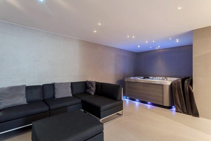 De Jacuzzi en Lounge ruimte van Prive Sauna Blue te Everberg is de uitgelzen ruimte om te ontspannen na enkele baantjes te hebben gezwommen in het binnenzwembad, in de jacuzzi of in de comfortable zetels.