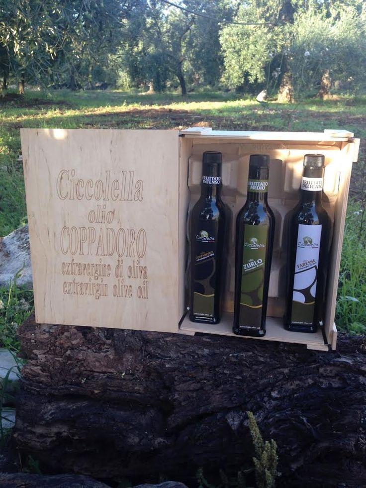 Di grande effetto è la nostra scatola in legno marchiata a fuoco, completa di tre bottiglie da 0,50 lt cadauna di olio extravergine d'oliva
