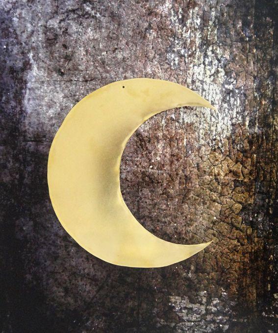 """<strong><span style=""""font-weight: 400;"""">Lune dorée à accrocher facilement au mur à l'aide d'une petite pointe ou à poser sur un meuble.</span><span style=""""font-weight: 400;""""> </span><span style=""""font-weight: 400;"""">Pour une touche de poésie dans une chambre d'enfant comme dans le salon !</span></strong>  <span style=""""font-weight: 400;"""">Laiton <&#x..."""